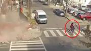 永利网址注册一栋沿街楼房突然崩塌2红旅客刚刚从门前走过