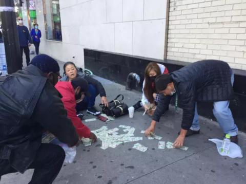 韩裔女子纽约陌头被抢,美元撒一地,华裔女子行为暖心了