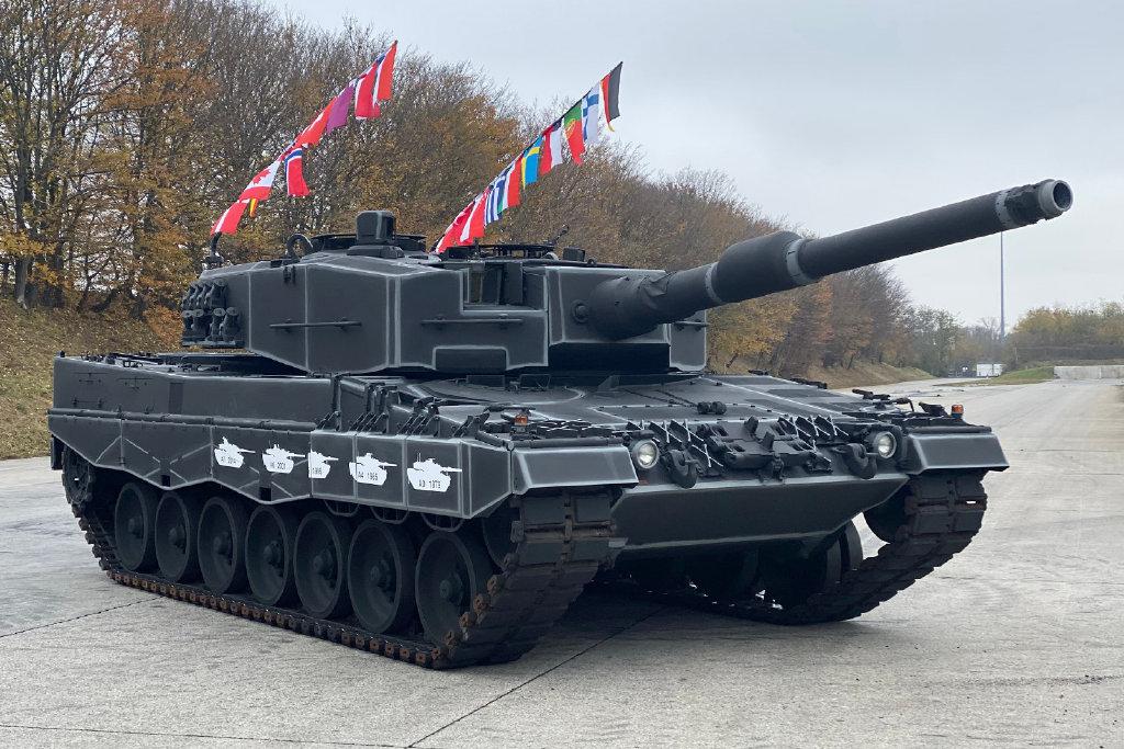 """从京剧里学的?豹2坦克插""""靠旗""""庆祝诞生40周年"""