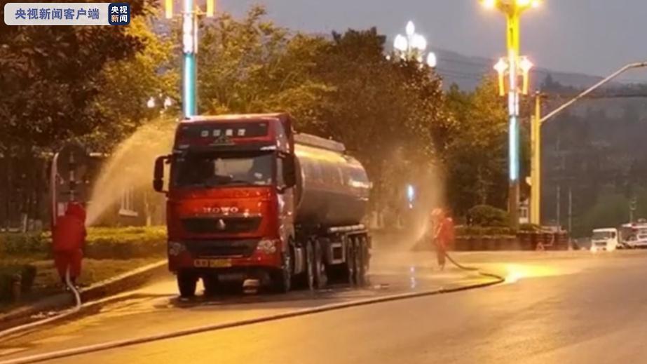 云南昆明一辆载有32吨有毒化学品槽罐车发生泄漏 消防人员正紧急处置