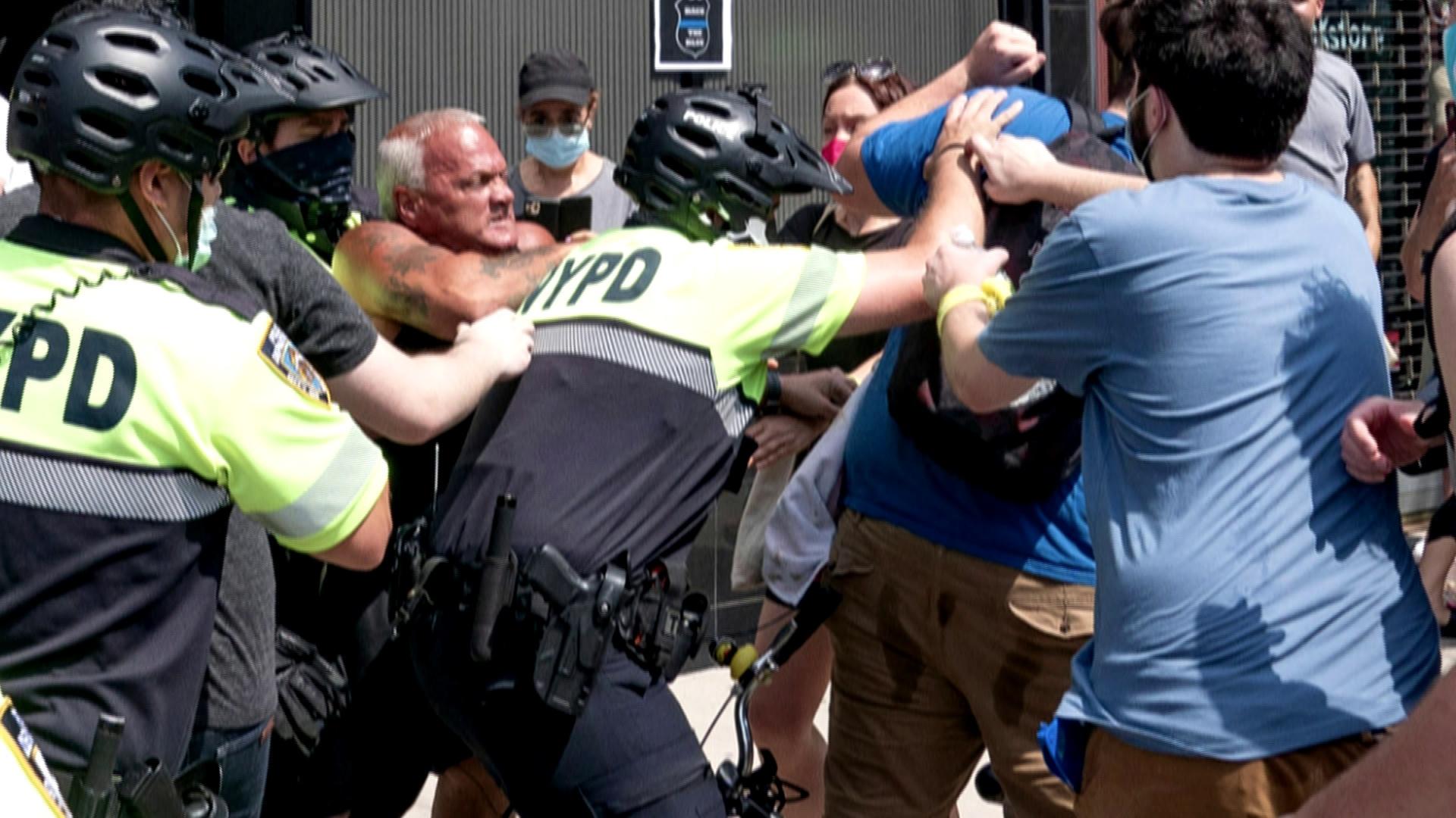 """大发888真人:""""黑人的命也是命!""""美国抗议者与警员支持者发生冲突 第1张"""