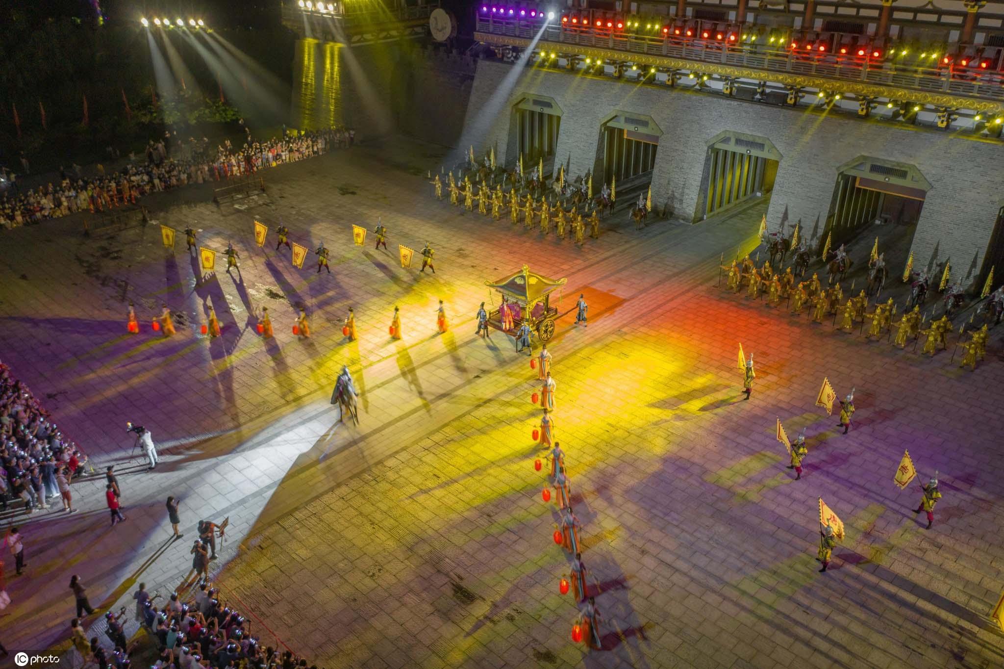 湖北襄阳景区进入免费模式璀璨夜景引游人