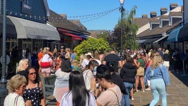 人挤人!英国购物村重开引人群蜂拥而至 三千人请愿求关闭
