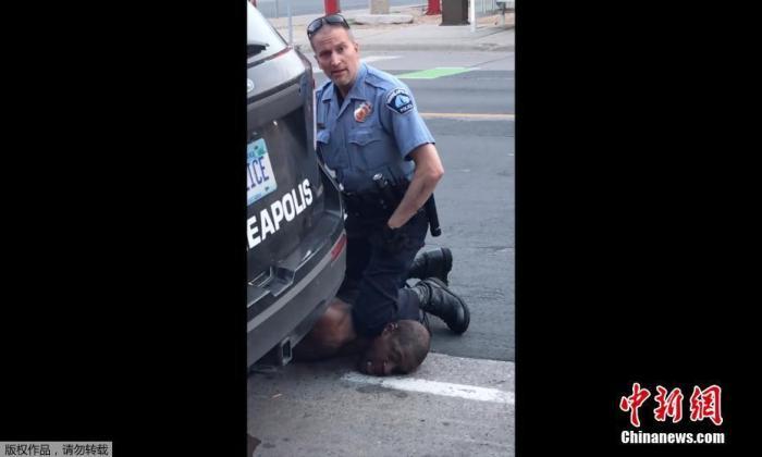 环球ug开户:弗洛伊德案又一涉事前警员被保释 保释金75万美元