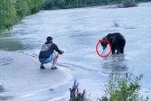 男子钓鱼遇棕熊镇静面对 看着上钩鲑鱼被抢走