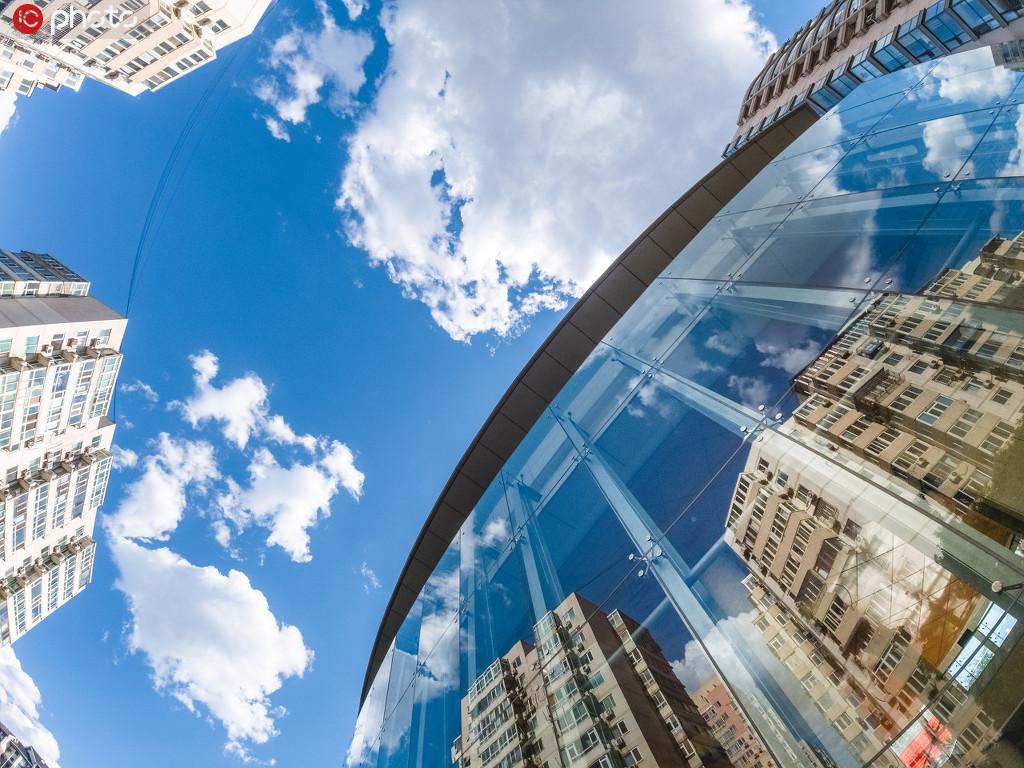 北京蓝天超美时尚大楼镜面映出白云朵朵