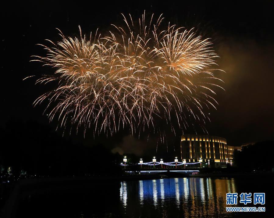 白俄罗斯燃放焰火庆祝独立日