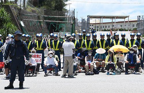 www.px111.net:冲绳民众延续7年在美军营地门口静坐示威 否决美机场搬到家门口