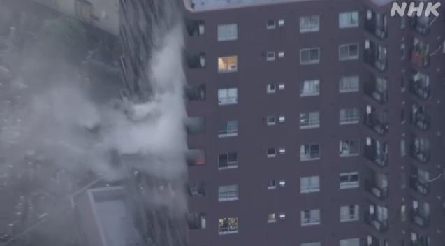 日本东京市区一栋高层公寓发生火灾现场浓烟滚滚 第1张