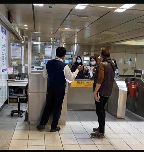 """台当局""""健保署""""员工不戴口罩大闹北捷车站 还怒骂工作人员"""