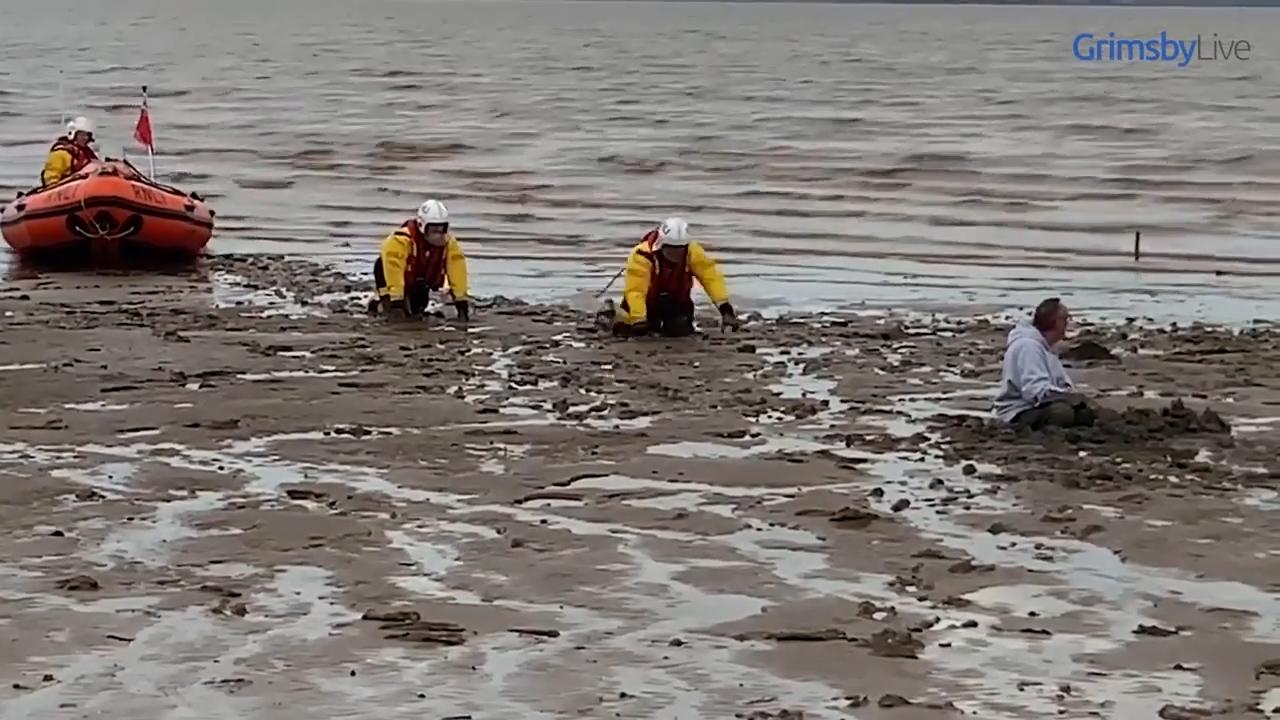 英国男子为救爱犬身陷泥泞海岸警卫队出动将其救出