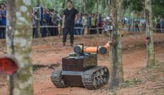 海南澄迈:割胶机器人胶林间穿梭作业忙