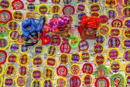 孟加拉工人手工制作团扇宛如置身彩虹世界