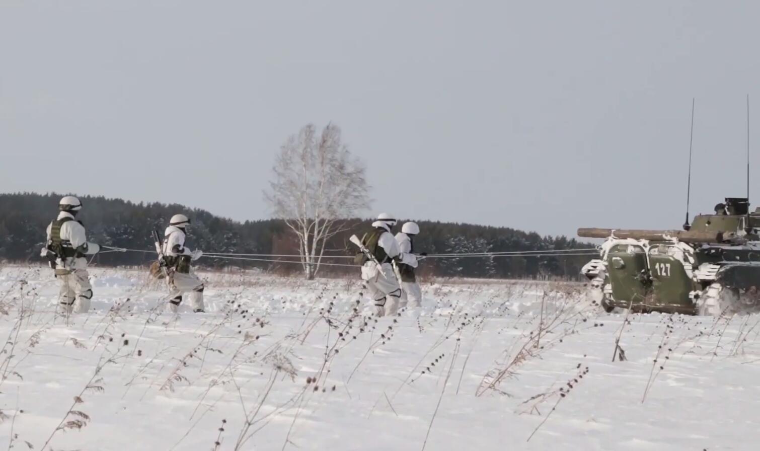 看俄军冬季怎么打仗装甲车拖着士兵滑雪前进