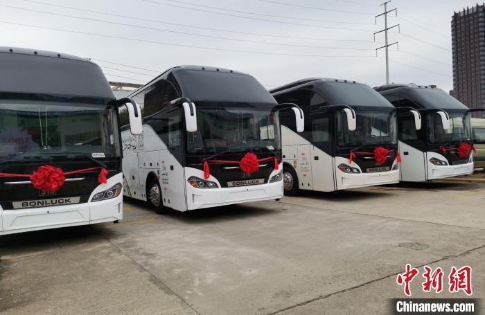 江西:105台豪华客车排列整齐,准备发往中东市场