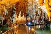 走进希腊阿加亚提斯洞穴?地下堤岸和独特虹彩营造神秘氛围