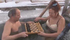俄68岁奶奶坐冰水里下棋熬走多名对手