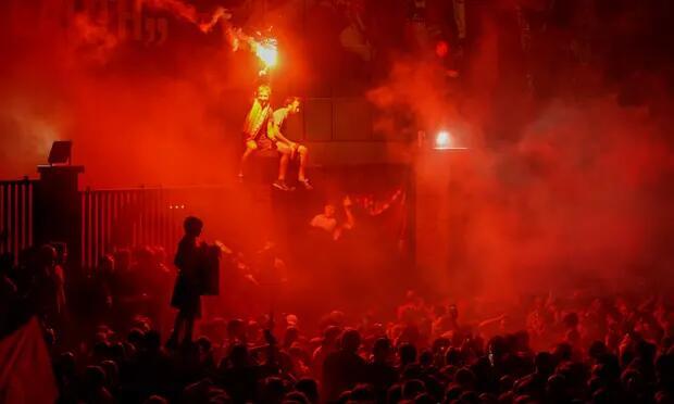 平心在线:数千名球迷陌头庆祝利物浦英超夺冠,当地警方发出疫情忠告 第1张