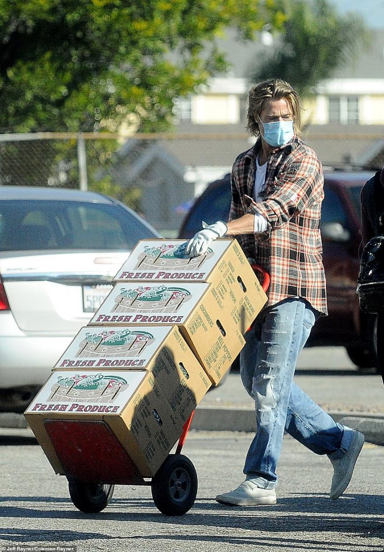 英媒:好莱坞影星布拉德·皮特被拍到做义工,驾车卸货为住民分发拯救食物