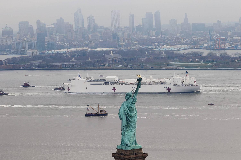 美军世界最大医疗船抵达纽约民众不戴口罩在码头扎堆围观