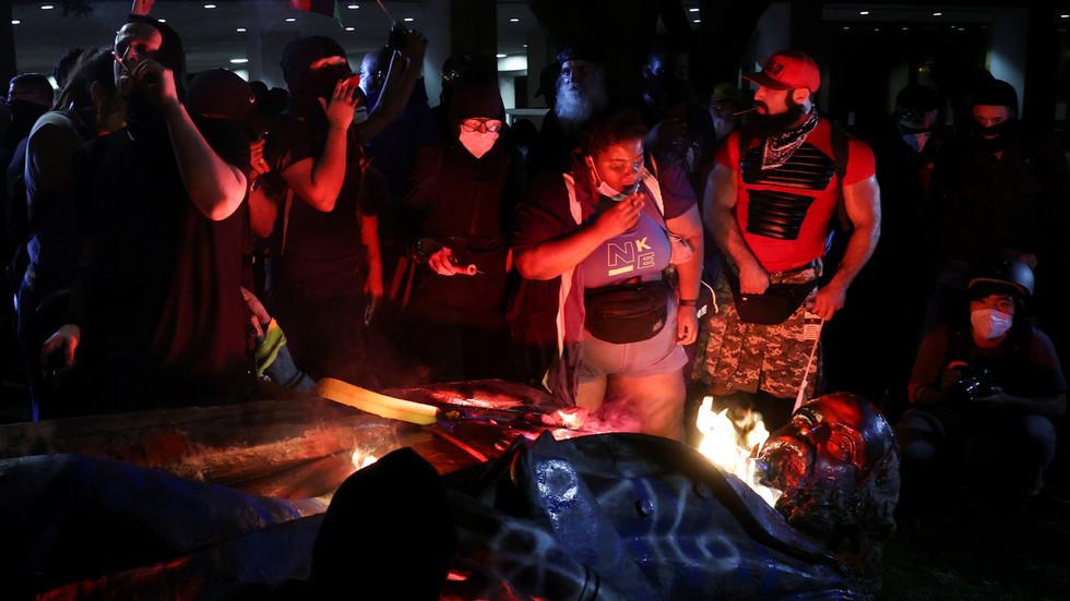 ug环球官网开户网址:美国仆从解放日这天 抗议者拉倒并点燃首都的南方将军雕像 第1张
