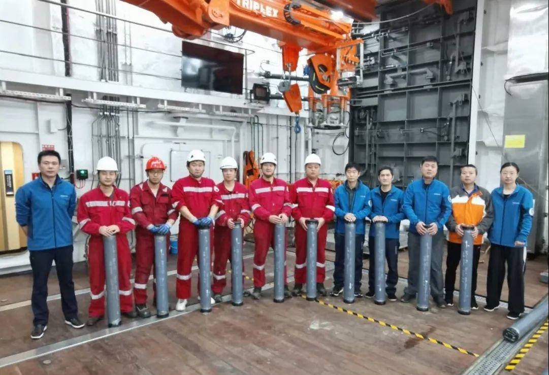 """创新纪录!""""雪龙2""""号在北冰洋成功获取18.65米柱状沉积物岩心样品"""