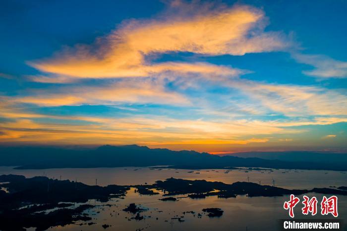 航拍鄱阳湖皂湖水域:晚霞飞舞 夕照如画
