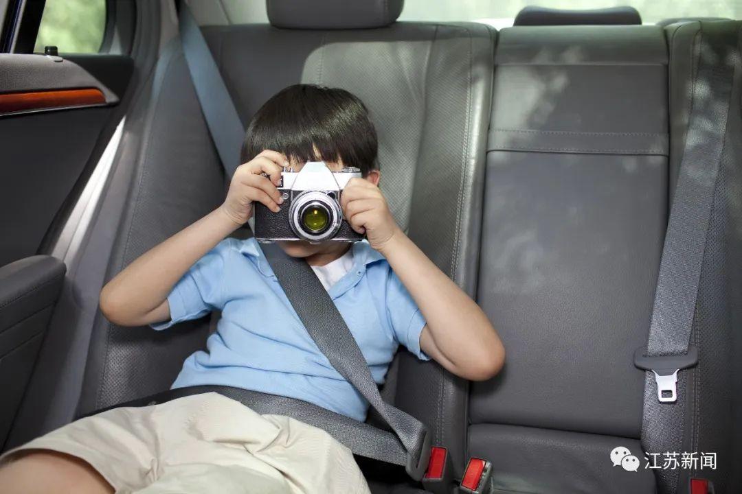 南京交警:后排乘客不系安全带将被处罚!