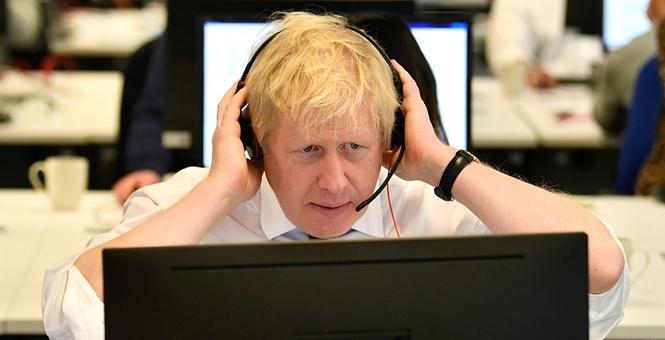 英国首相约翰逊现身保守党竞选总部  跟支持者通电话