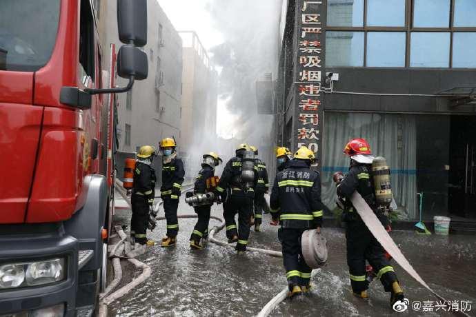浙江嘉兴一塑料泡沫包装公司发生火灾,燃烧物质为塑料泡沫,扑救工作仍在进行中