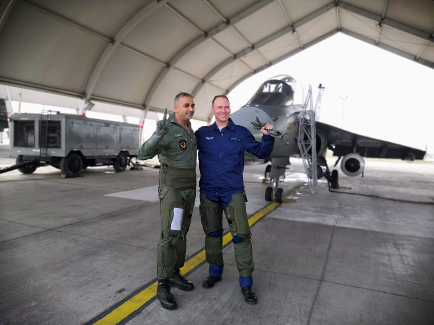 俄飛行員興奮體驗印度光輝戰機?落地后豎起大拇指