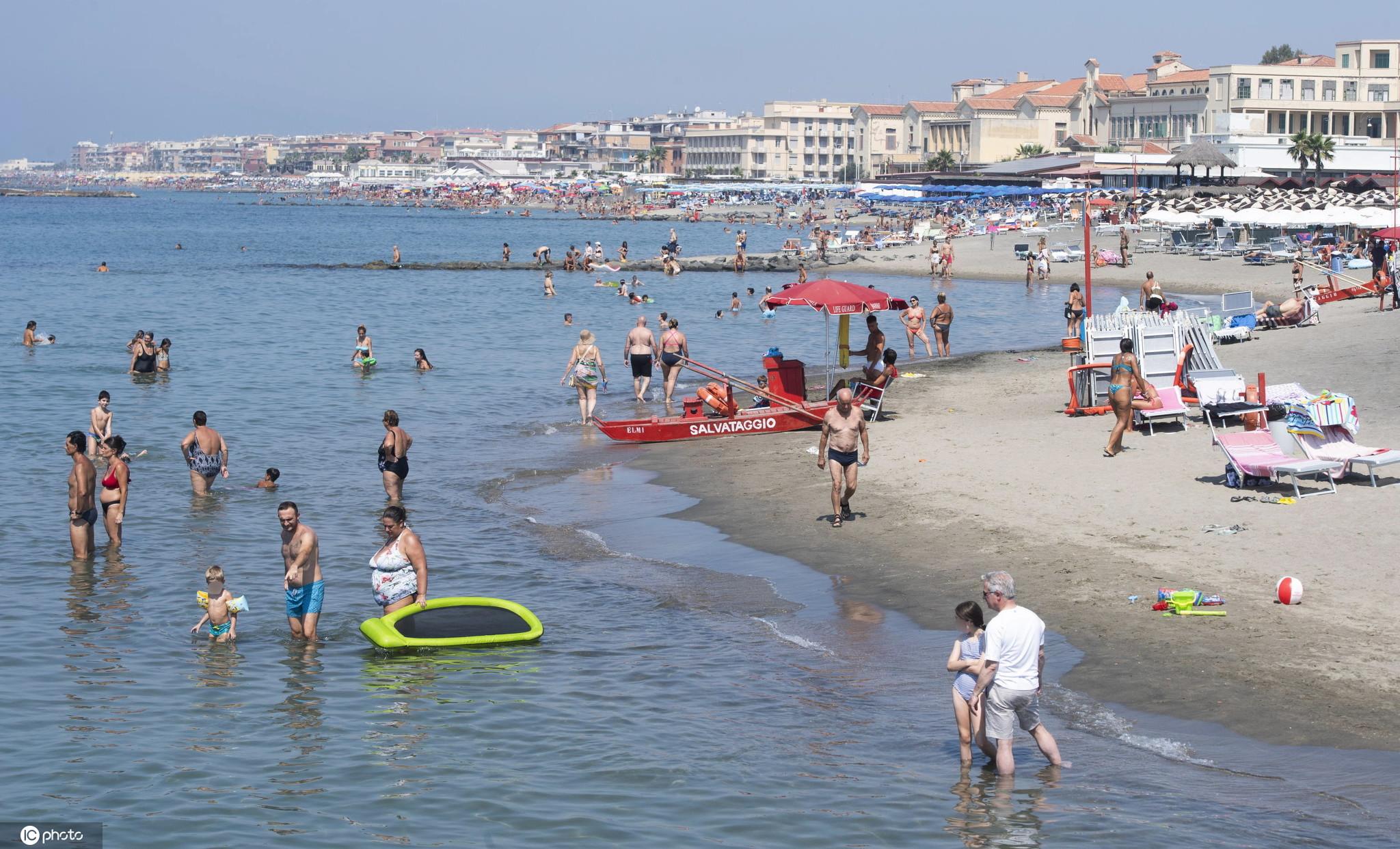 意大利罗马气温攀升民众享受清凉沙滩
