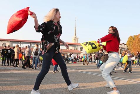 """克拉斯诺达尔举行""""枕头大战""""?老外街头开启""""群殴""""模式"""