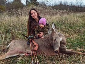 """美国一位母亲教2岁女儿打猎被网友指责为""""坏妈妈"""""""