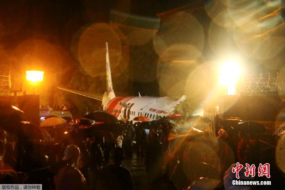 印度一架客机冲出跑道后断成两截