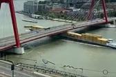 货船撞上大桥桥面