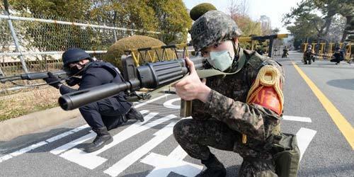 韩军举行联合反恐演习士兵佩戴口罩参加战斗