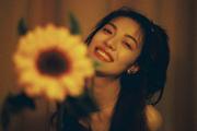 钟楚曦晒搞怪自拍 手拿向日葵俏皮可爱