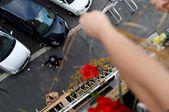 意大利女厨师因疫情暂时失业 用竹篮向朋友运送美食