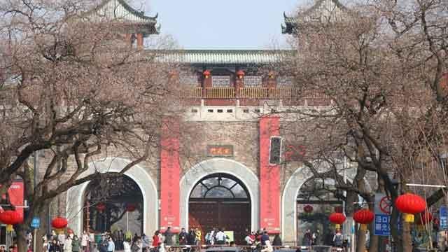 南京明城墙城门挂起巨幅春联 年味渐浓