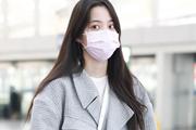 欧阳娜娜一身工装现身机场 素颜亮相口罩遮面