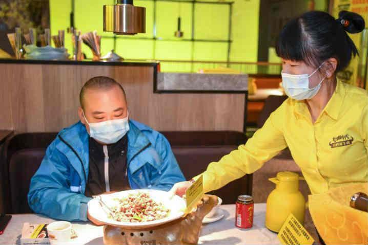 长沙一餐厅复工请外卖小哥吃饭