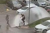 俄罗斯现恶劣飓风天气 一男子直接被强风吹翻