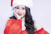 柳岩穿红裙戴圣诞帽拍写真 身材曲线傲人
