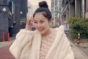 泫雅穿白色毛绒外套可爱时尚 素颜扎丸子头露甜笑