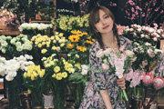 周扬青晒甜美春日写真 对镜微笑少女感十足