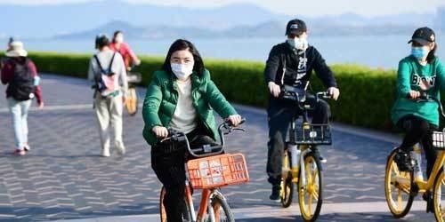 深圳:民众海边休闲