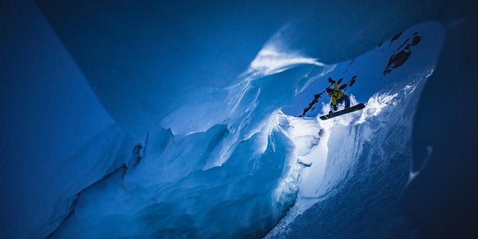 突尼斯男子在100米深洞穴中滑雪 镜头惊险如电影大片