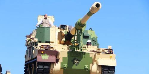 新造K9自行榴弹炮下线交付 印度防长亲自登车试驾