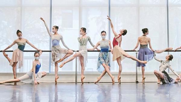 上海芭蕾舞团复工:戴着口罩练习